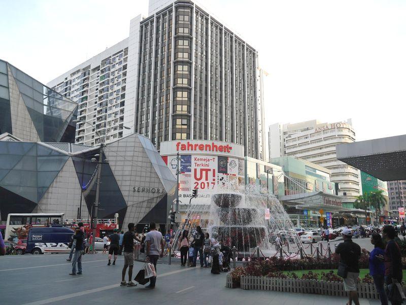 Foto: Bukit Bintang merupakan kawasan pusat perbelanjaan dan hiburan yang ngehits di Kuala Lumpur. Traveler lokal maupun mancanegara banyak yang berbelanja di sini (Kurnia/detikTravel)