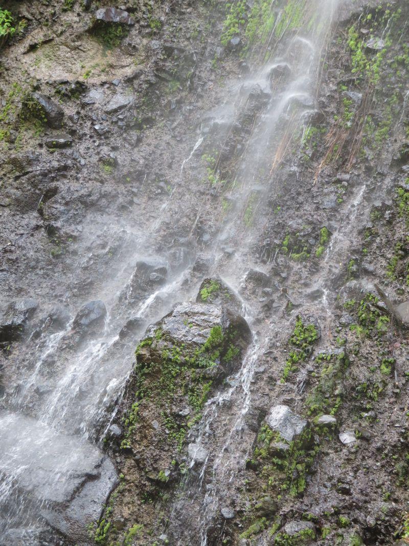 Terletak di wilayah Lubuk Minturun, Koto Tangah, Padang, Sumatera Barat. Objek utamanya air terjun dengan udara yang sejuk dan segarnya air ditambah pemandangan yang indah. Ngungun Saok artinya desiran air yang tertutup (Maikel/detikTravel)