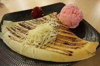 Crepes dengan paduan es krim strawberry.