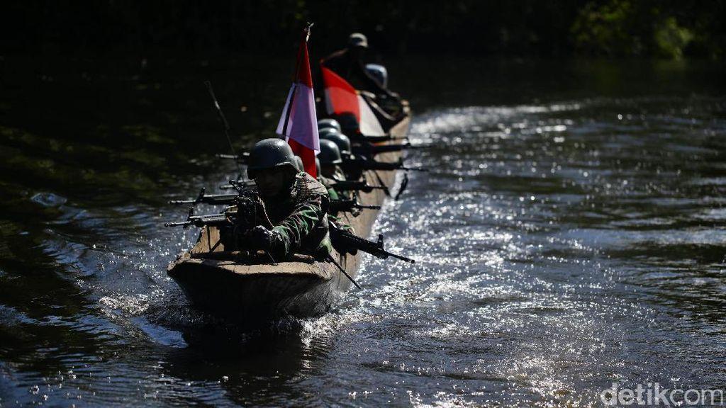 Foto: TNI Patroli di Perbatasan Pedalaman Papua