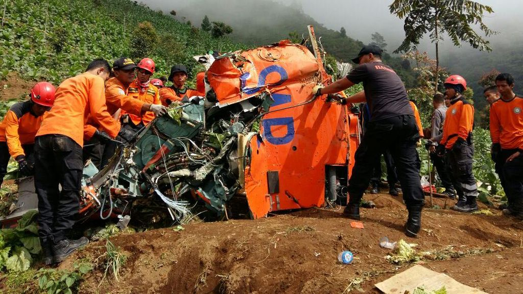 Sulitnya Evakuasi Gearbox Heli Basarnas yang Jatuh di Temanggung