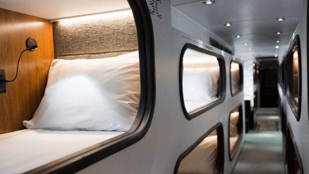 Setiap kamar dilengkai dengan lampu baca dan gorden (Cabin)