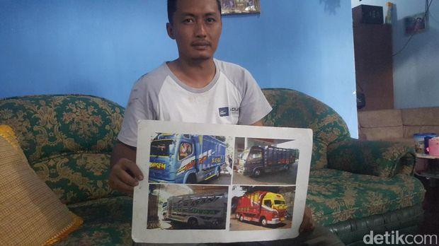 Dedik dengan foto truk modifikasinya