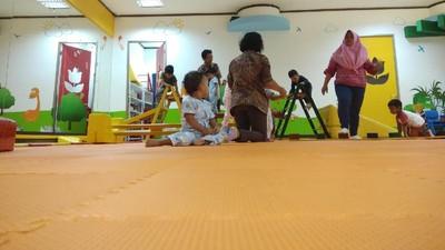 Memilih Antara Anak Diasuh ART atau Dititipkan di Daycare