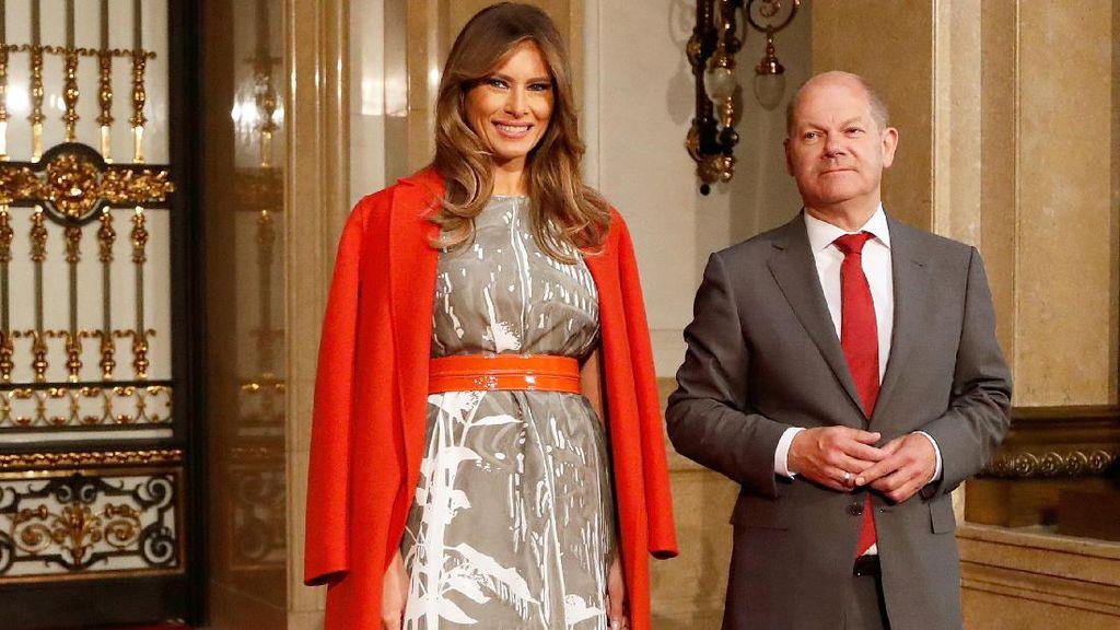 Gaya Melania Trump Pakai Coat Merah Rp 72 Juta di KTT G20
