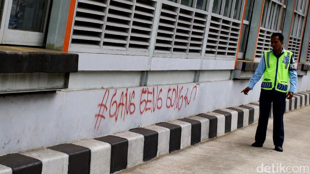 Halte TransJakarta Jadi Korban Vandalisme