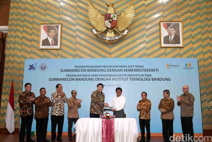 Direktur PT Summarecon Agung Tbk Herman Nagaria berjabat tangan dengan Sekjen Kemenristek Ainun Naim usai penandatanganan perjanjian hibah tanah di Gedung Kemenristek, Jakarta, Senin (10/7/2017).