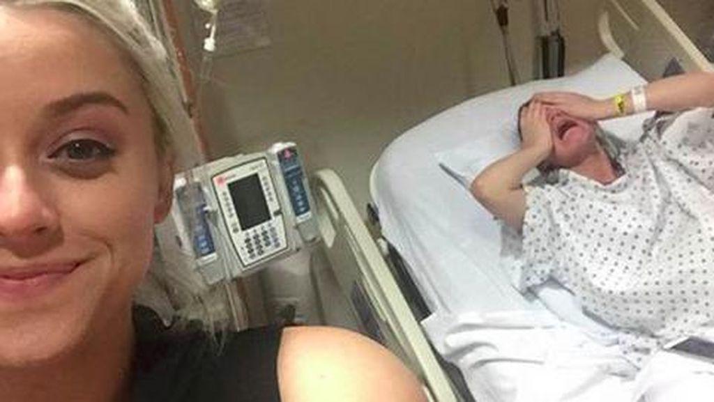 Selfie Lucu Perempuan Ini Saat Adiknya Melahirkan Viral di Internet