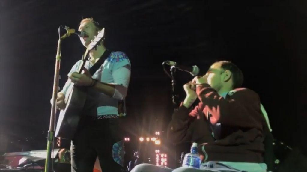 Bikin Iri! Pria di Kursi Roda Ini Ikut Manggung Bareng Coldplay