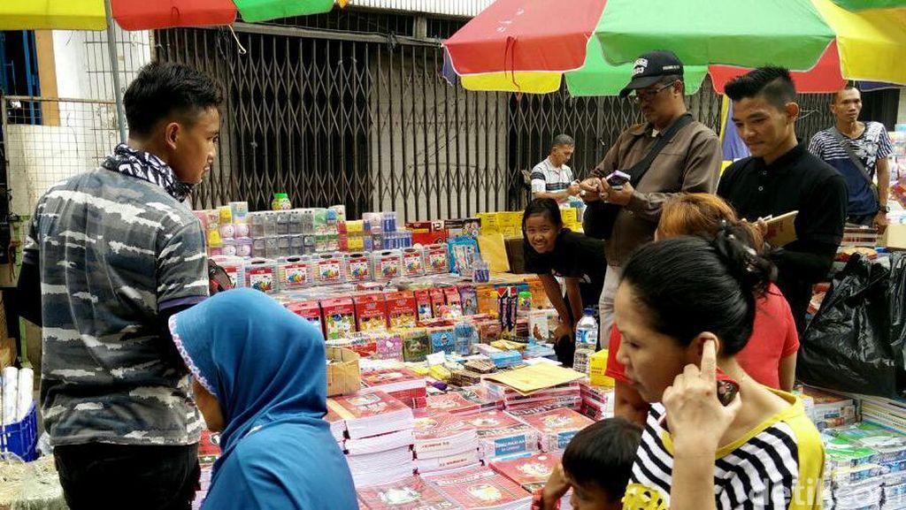 Peralatan Sekolah di Pasar Asemka Ramai Dipadati Pembeli