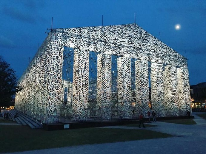 Amazing! 100.000 Buku Disusun Jadi Gedung Megah