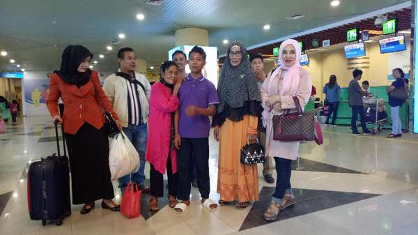 Akan ke Jakarta, ABG Selamet-Rohaya Curi Perhatian di Bandara