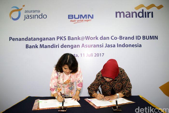 Direktur Government and Institutional Bank Mandiri Kartini Sally dan Direktur Utama Jasindo Solihah menandatangani kerja sama.