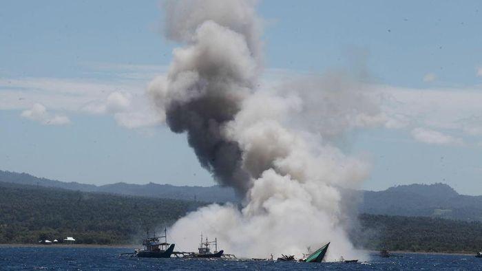 Aksi penenggelaman kapal oleh KKP. Foto: Pool
