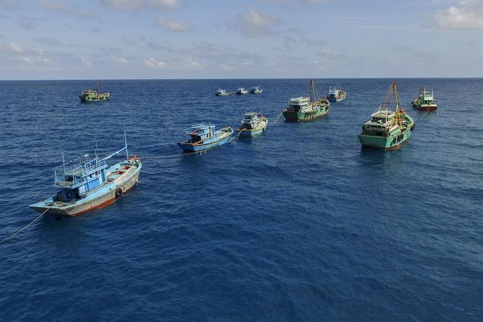 Foto: Aksi Bersih-bersih Kapal Pencuri Ikan di Perairan Indonesia