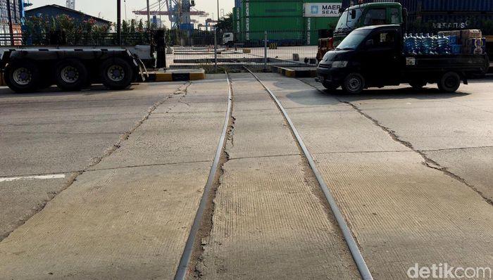 Rel yang membentang dari Stasiun Pasoso dan menjadi tempat bongkar muat peti kemas untuk kereta barang itu kini mati lagi. Foto: Muhammad Idris