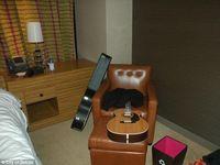 Gitar dan beberapa barang milik Chris Cornell.