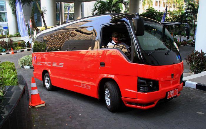 Ini adalah bus bertenaga listrik yang dibuat oleh Pusat Penelitian Tenaga Listrik dan Mekatronika LIPI. Bus listri tersebut sempat diujicoba di Gudung BPPT, Jakarta, Selasa (26/6/2012). Agung Pambudhy/detikFoto.