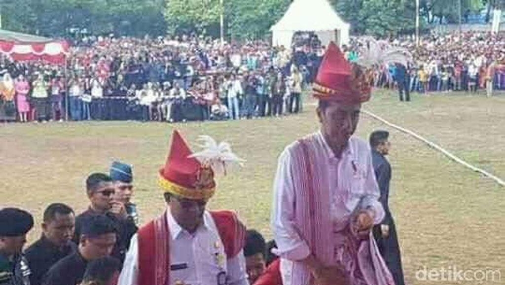 Buka Festival Kuda di Sumba, Jokowi Dihadiahi Kuda dan Parang
