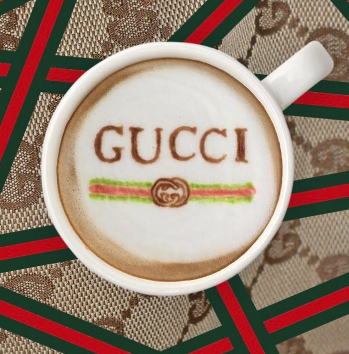Akun Instagram Designer Lattes mengunggah berbagai foto latte dengan logo brand ternama. Salah satunya adalah Gucci. Latte dihiasi lambang G yang terkenal lengkap dengan ciri khas garis warna merah dan hijau.