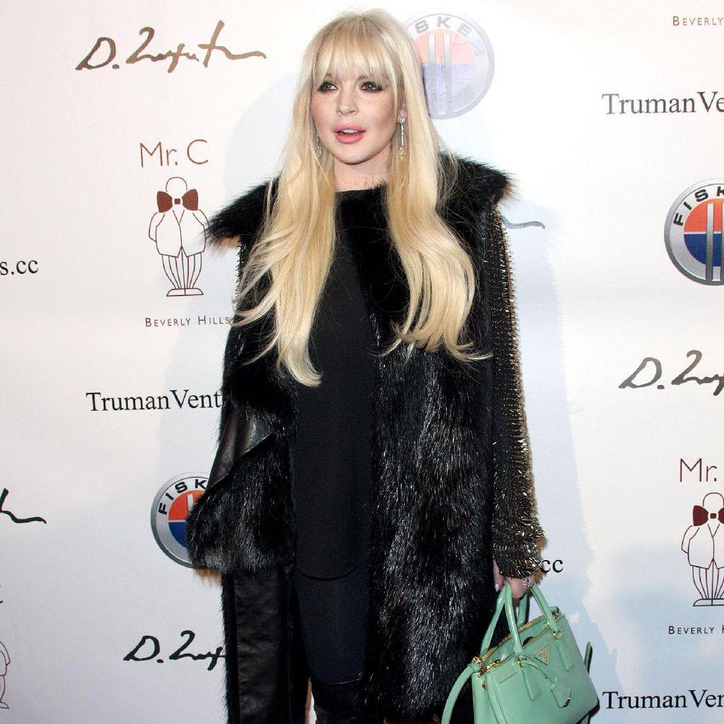 Tampil Berhijab Lagi, Lindsay Lohan Ungkap Suka Pakai Kosmetik Halal