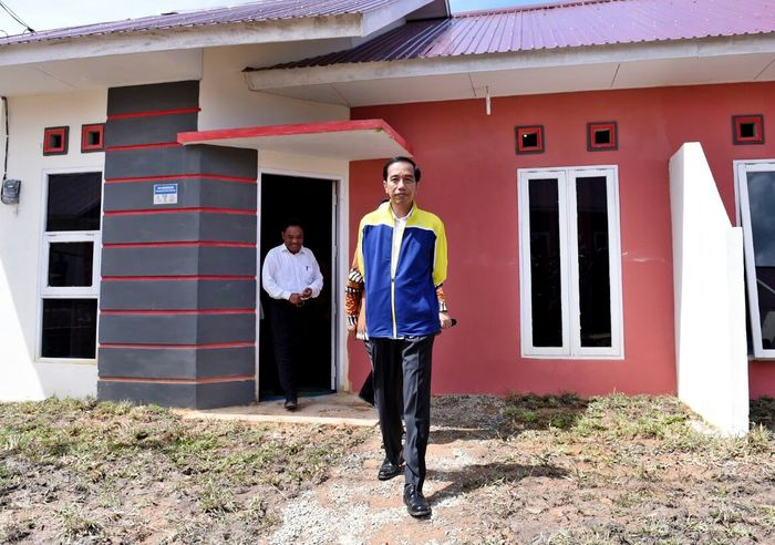 Presiden Jokowi saat meninjau proyek rumah DP 1% yang berlokasi di Balikpapan, Kalimantan Timur, Kamis (13/7/2017). Dok. Setpres.