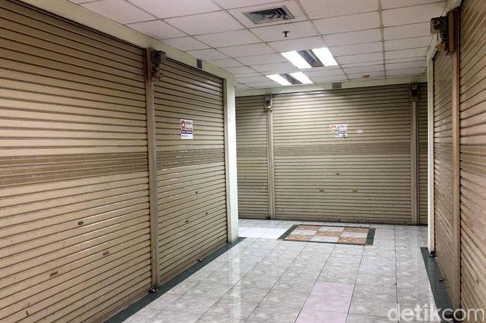 Jarum jam sudah menunjukan pukul 10.00 pagi, saat eskalator sudah mulai dinyalakan di Pasar Glodok, Jakarta Barat, sebagai tanda dimulainya aktivitas niaga. Namun, pintu-pintu geser kios toko elektronik masih tertutup rapat.