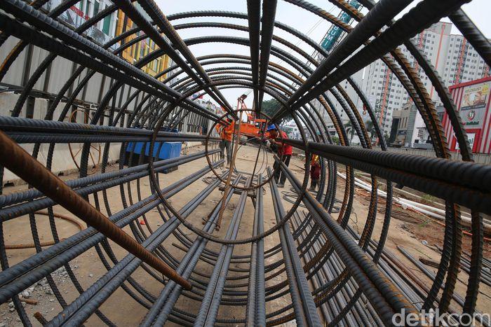 Proyek Light Rail Transit (LRT) rute Kelapa Gading-Velodrome sedang dikerjakan. Ari Saputra/detikcom.