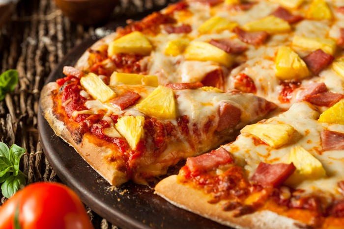 Pizza dengan topping keju dan tomat memang gurih enak. Tetapi keju dan tomat bisa merangsang sakit perut. Lapi pula pizza tergolong makanan berkalori tinggi.Foto: Berbagai sumber