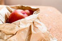 Pisang dan apel bisa ditaruh dalam kantung kertas.