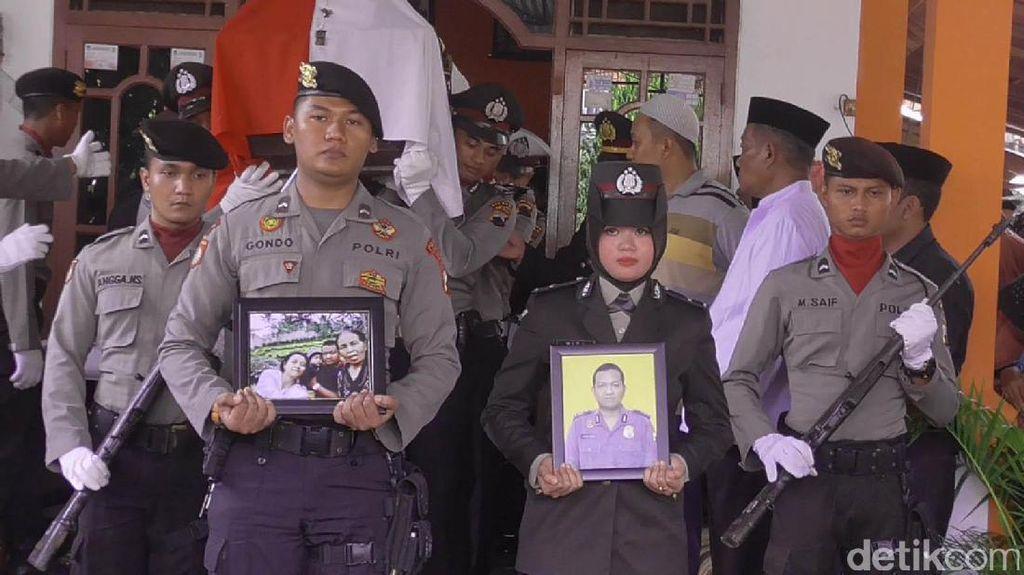 4 Korban Kecelakaan Maut di Batang Dimakamkan di Satu Liang Kubur