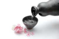 Tradisi minum sake di Jepang.