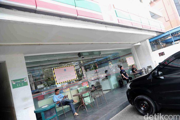Gerai 7-Eleven yang masih buka tersebut berlokasi di Jalan Mangga Besar Raya Nomor 41, Taman Sari, Jakarta Barat.
