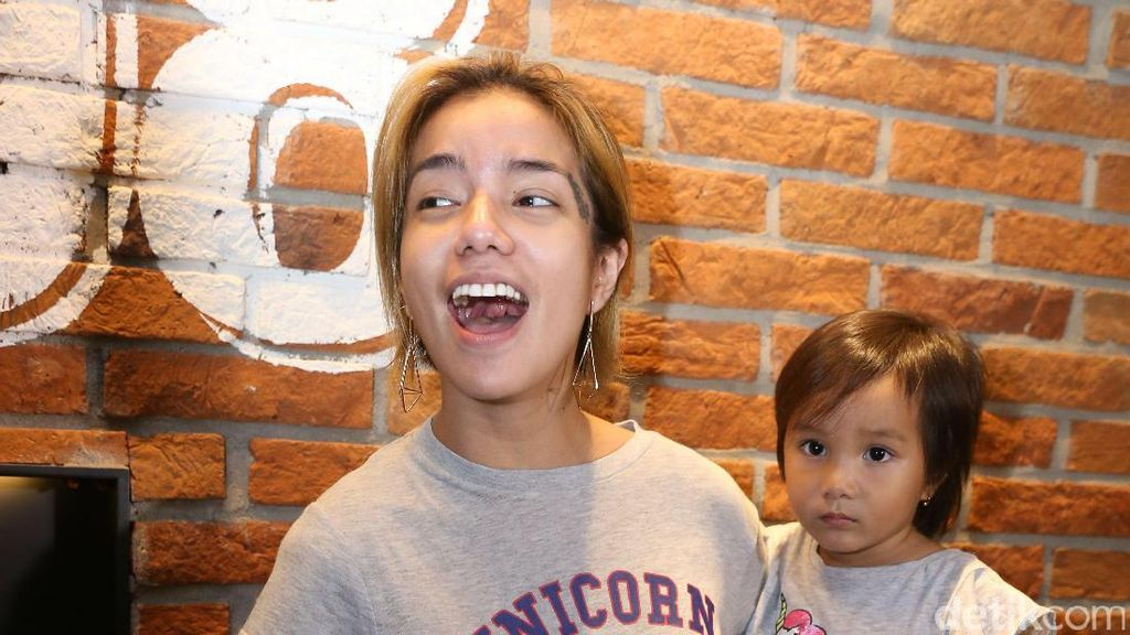 Sheila Marcia Tanggapi Keinginan Anji untuk Tes DNA Anak
