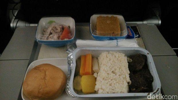 Menu makan malam di dalam penerbangan (Wahyu/detikTravel)