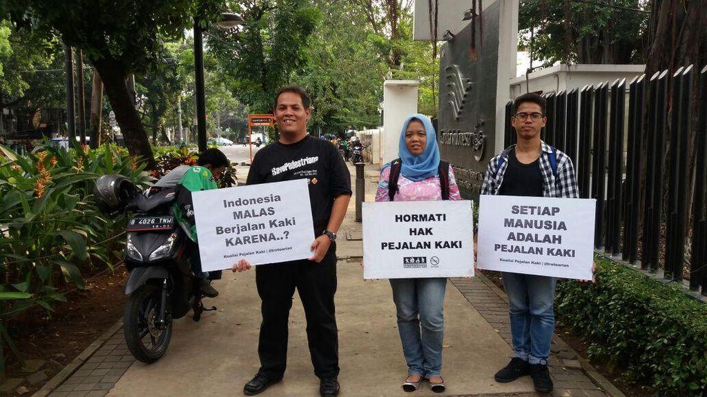 Trotoar Dipakai Berdagang dan Parkir, Masyarakat Jadi Susah Jalan Kaki