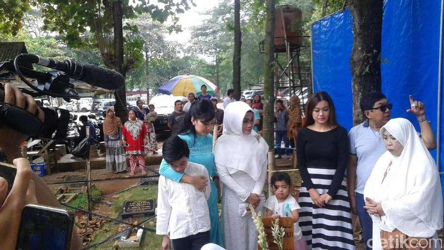 Mimik Aneh Luna Maya, Keluarga Rayakan Ultah Jupe di Makam