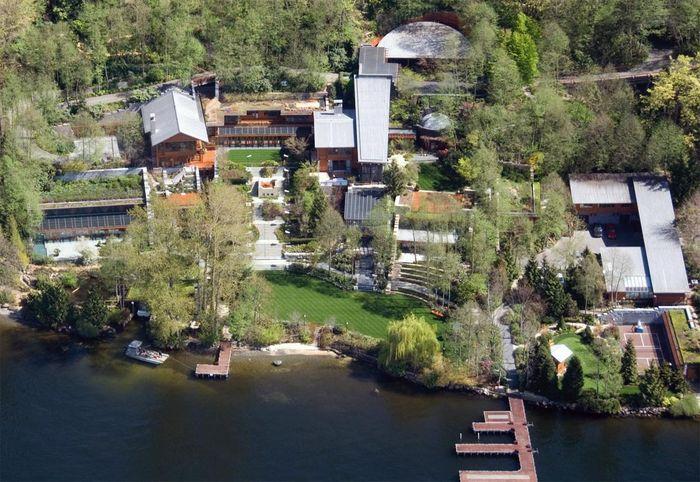 Rumah Bill Gates. Rumah seluas 66.000 kaki ini terletak di Seattle, dekat Danau Washington. Rumah ini dilengkapi dengan kolam renang dan wahana gymnasium seluas 2.500 kaki serta ruang makan seluas 1.000 kaki. Pool/Forbes.