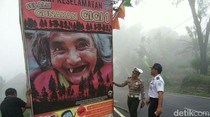 Banner Nenek Bergigi 1, Cara Unik Polisi Cegah Kecelakaan di Pacet