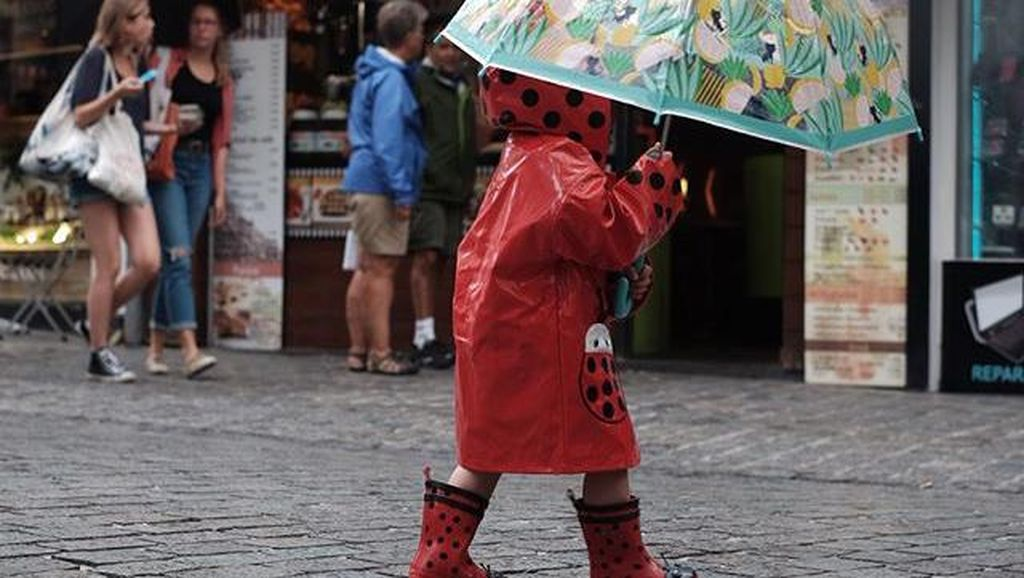 Siapa ya Anak Kecil Lucu Bergaya Ala Ladybug Ini?