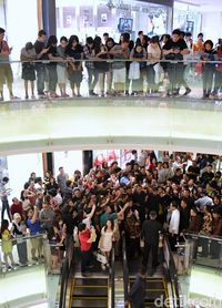 Warga di lantai lebih atas pun ikut-ikutan melongo untuk melihat Jokowi.