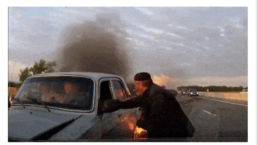 Aksi Heroik Penyelamatan Korban Kecelakaan yang Mobilnya Terbakar
