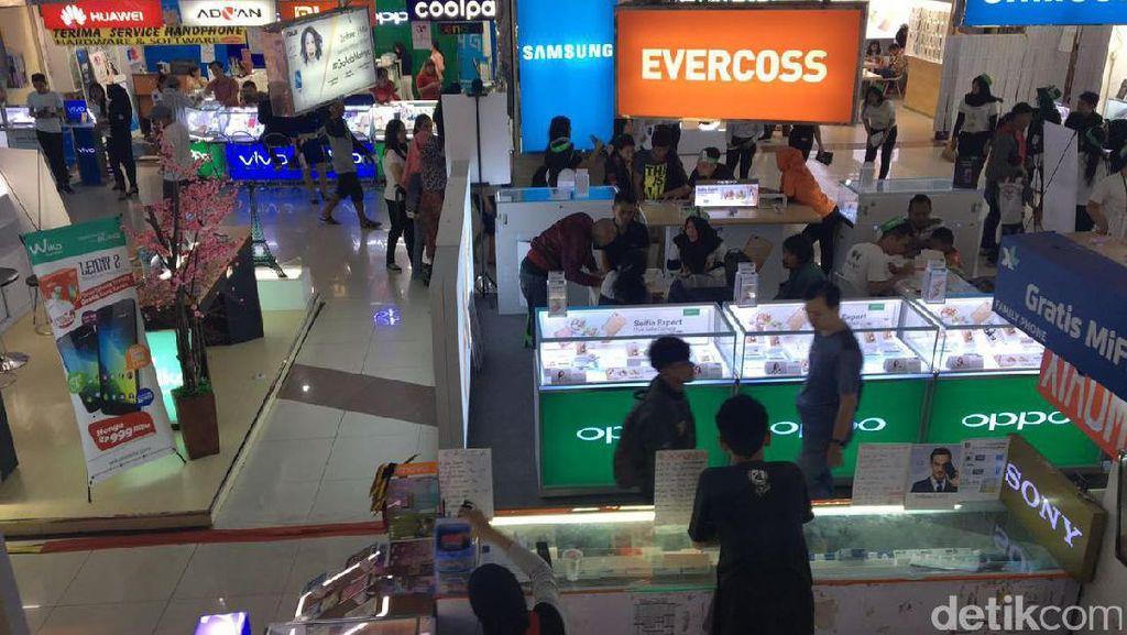Rahasia Roxy Tetap Ramai, Pedagang: Jualan Handphone Tak Ada Matinya