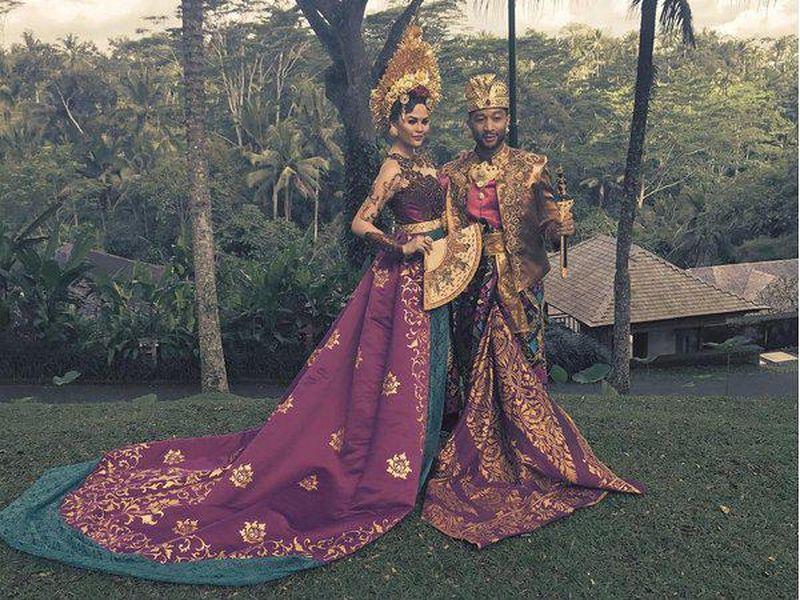 Saat liburan ke Bali, penyanyi John Legend dan istrinya Chrissy Teigen berfoto dengan busana tradisional di resor Como Shambala, Ubud, Bali. Keren banget ya kostum mereka! (@chrissyteigen/Instagram)