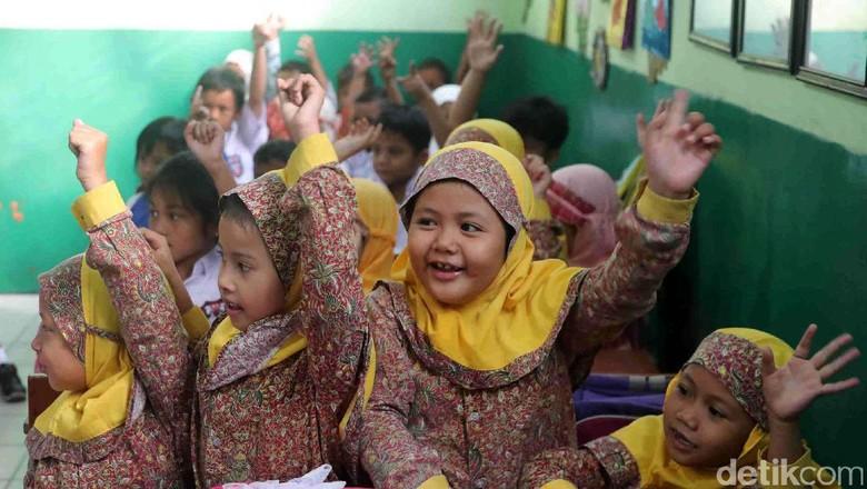 Begini Semangat Siswa SD di Hari Pertama Masuk Sekolah