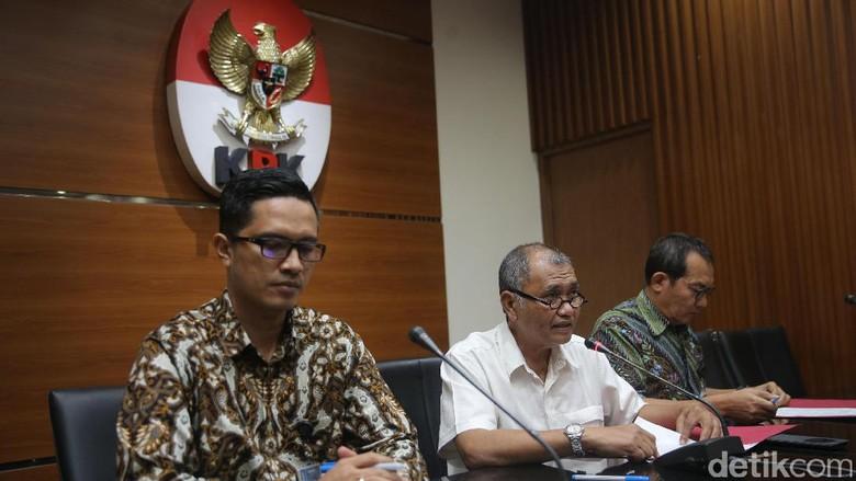 Jempol Ketua KPK Saat Jumpa Pers Tetapkan Novanto Tersangka di 170717