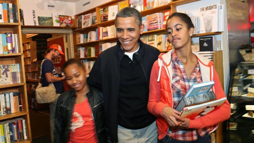 Antar Anak Hari Pertama Masuk Kampus, Obama Nangis