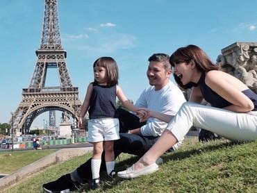 Gempita Nora MartenNah, kalau yang ini si cantik Gempi bersama ayah dan bundanya. Wah Gempi berpose dengan latar belakang Menara Eiffel. (Foto: Instagram @gisel_la)