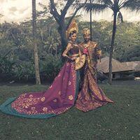 John Legend dan Teigen berbalut busana Bali