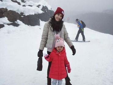 Bilqis Khumairah RazakMain salju waktu liburan pasti seru banget. Ini dia foto liburan Bilqis bersama Bunda Ayu Ting Ting dengan latar belakangnya hamparan salju. Seru banget tuh kelihatannya. (Foto: Instagram @ayutingting92)